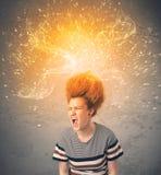 Jeune femme avec les cheveux rouges de explosion énergiques Image libre de droits