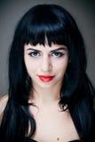 Jeune femme avec les languettes rouges. image stock