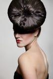 Jeune femme avec les languettes rouges et le type de cheveu exceptionnel Photo stock
