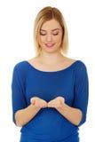Jeune femme avec les mains ouvertes Photo stock