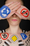 Jeune femme avec les panneaux routiers peints Photos stock