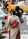 Jeune femme avec les vêtements nationaux caractéristiques nationales du Japon images libres de droits