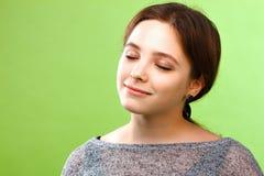 Jeune femme avec les yeux proches Image stock