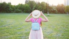 Jeune femme avec son étendre large de bras en parc banque de vidéos