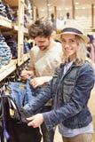 Jeune femme avec son ami dans la boutique de jeans Images libres de droits
