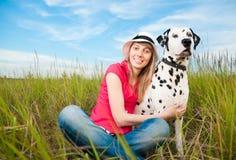 Jeune femme avec son animal familier de crabot Photographie stock libre de droits