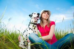 Jeune femme avec son animal familier de crabot Images libres de droits