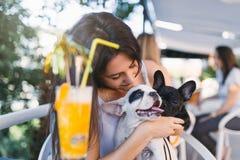 Jeune femme avec son chien dans la barre de café photo libre de droits