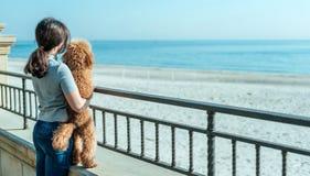 Jeune femme avec son crabot sur la plage Image libre de droits