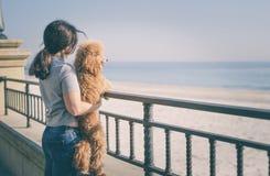 Jeune femme avec son crabot sur la plage Photos stock