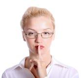 Jeune femme avec son doigt au-dessus de sa bouche Photographie stock