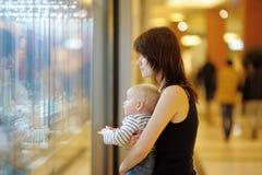 Jeune femme avec son petit bébé Photographie stock