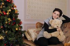Jeune femme avec teddybear Images libres de droits