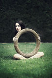Jeune femme avec tour de magie Photo stock