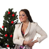 Jeune femme avec un arbre de Noël Photos stock