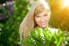 Jeune femme avec un beau sourire avec les dents saines avec le flowe image libre de droits