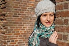 Jeune femme avec un chapeau de l'hiver Photo libre de droits