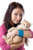 Jeune femme avec un chaton. Image libre de droits
