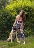 Jeune femme avec un chien Photos libres de droits