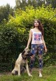 Jeune femme avec un chien Images stock