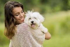 Jeune femme avec un chien Image libre de droits