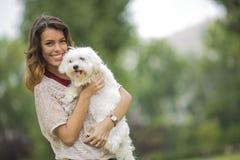Jeune femme avec un chien maltais Photos libres de droits