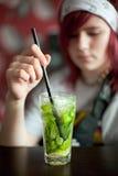 Jeune femme avec un cocktail Photos stock
