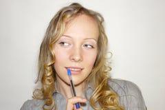 Jeune femme avec un crayon lecteur Photo stock
