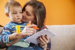 Jeune femme avec un enfant mignon Photographie stock