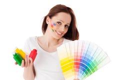 Jeune femme avec un guide de couleur. photo stock