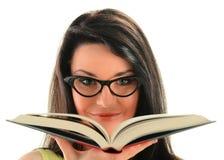 Jeune femme avec un livre d'isolement sur le blanc Image libre de droits
