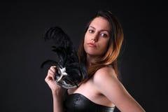 Jeune femme avec un masque argenté noir de carnaval photographie stock libre de droits