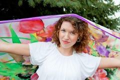 Jeune femme avec un mouchoir dans des ses mains photographie stock