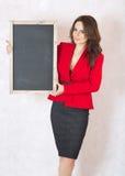 Jeune femme avec un panneau de craie noir Photographie stock libre de droits