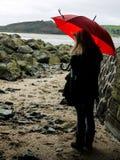 Jeune femme avec un parapluie rouge photographie stock libre de droits