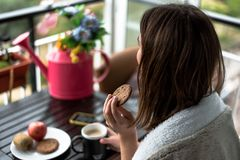 Jeune femme avec un petit déjeuner de matin image stock