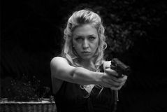 Jeune femme avec un pistolet Photos libres de droits