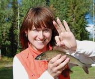 Jeune femme avec un poisson Image libre de droits