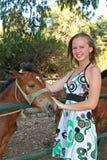 Jeune femme avec un poulain photo libre de droits