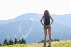Jeune femme avec un sac à dos sur une montagne, vue arrière, l'espace libre pour votre texte photo stock