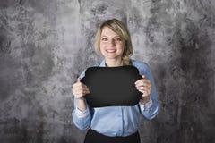 Jeune femme avec un signe Photographie stock libre de droits
