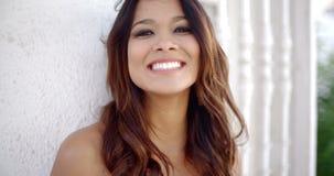Jeune femme avec un sourire de lancement heureux banque de vidéos