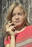 Jeune femme avec une cigarette photo stock