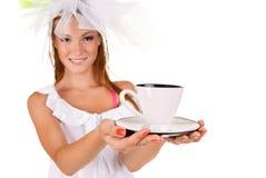 Jeune femme avec une cuvette de coffe Photos stock