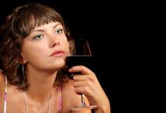 Jeune femme avec une glace de vin Images libres de droits