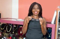 Jeune femme avec une paire de verres images libres de droits