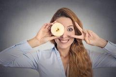 Jeune femme avec une pomme images stock