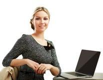 Jeune femme avec une séance d'ordinateur portable d'isolement dessus Image stock