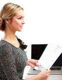 Jeune femme avec une séance d'ordinateur portable d'isolement dessus Image libre de droits
