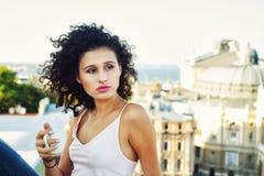 Jeune femme avec une tasse de café dehors images libres de droits
